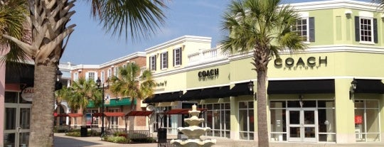 Tanger Outlets Charleston is one of Lugares favoritos de Elena.