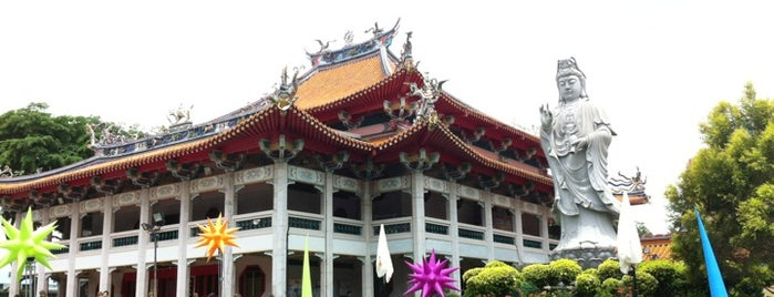 Kong Meng San Phor Kark See Monastery (光明山普觉禅寺 Bright Hill Temple) is one of Locais curtidos por MAC.