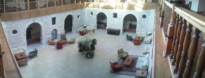 Hotel Convento Las Claras is one of สถานที่ที่บันทึกไว้ของ Víctor.