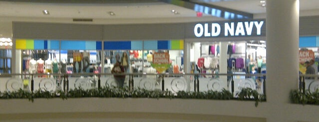 Old Navy is one of Orte, die Adrian gefallen.