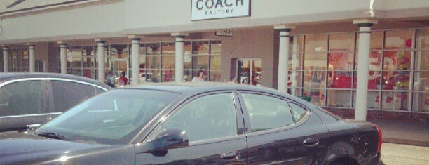 Coach Factory Outlet is one of Posti che sono piaciuti a Sharon.