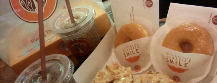 J.Co Donuts & Coffee is one of Locais curtidos por Yatie.