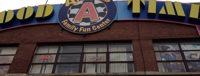 Arnold's Family Fun Center is one of Lugares favoritos de Lindsay.