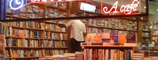 Kramerbooks & Afterwords Cafe is one of Lugares favoritos de Peter.