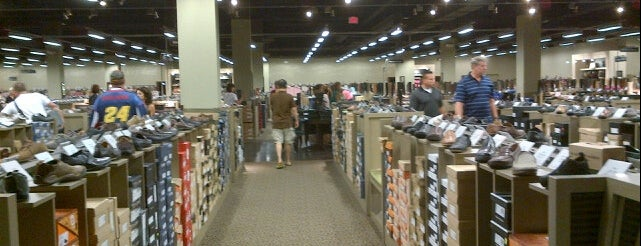 DSW Designer Shoe Warehouse is one of Locais curtidos por Brooke.