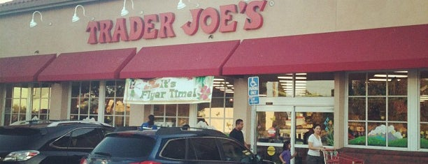 Trader Joe's is one of Lugares favoritos de Liza.