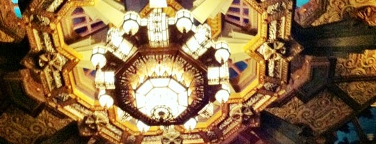 Pantages Theatre is one of Lugares favoritos de James.