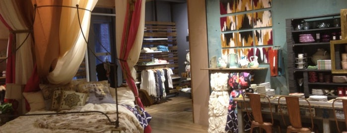 Anthropologie is one of Lugares favoritos de Jingyuan.