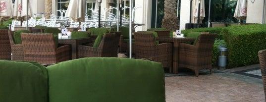 Café Bateel is one of Orte, die Vi gefallen.