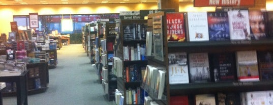 Barnes & Noble is one of Locais curtidos por Zuno.