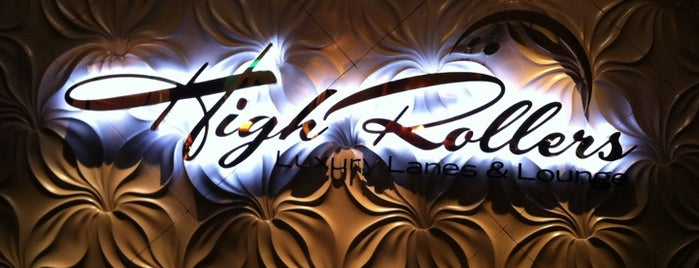 High Rollers Luxury Lanes & Lounge is one of Lieux qui ont plu à Travis.