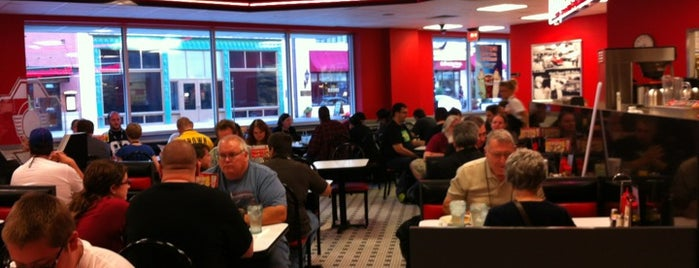 Steak 'n Shake is one of Julio'nun Beğendiği Mekanlar.