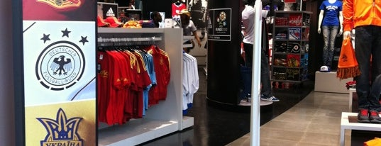 Real Sports Apparel is one of tim 님이 좋아한 장소.