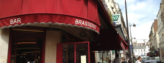 Café des Deux Moulins is one of Guia Paris.