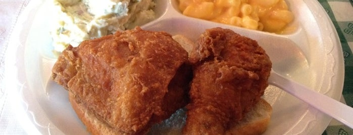 Gus's World Famous Fried Chicken is one of Posti salvati di Lee Ann.