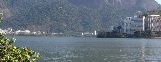 Lagoa Rodrigo de Freitas is one of 10  lugares para apreciar a paisagem do Rio.