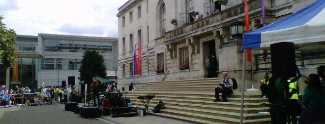 Hackney Town Hall is one of Lugares favoritos de Kieran.