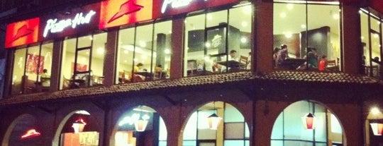 Pizza Hut is one of Orte, die Thisara gefallen.