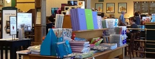 Barnes & Noble is one of Locais curtidos por Sascz (Lothie).