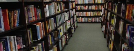 Barnes & Noble is one of Lieux qui ont plu à Kim.