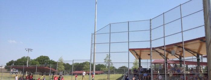 Huffhines Park Softball Complex is one of Ray'ın Beğendiği Mekanlar.
