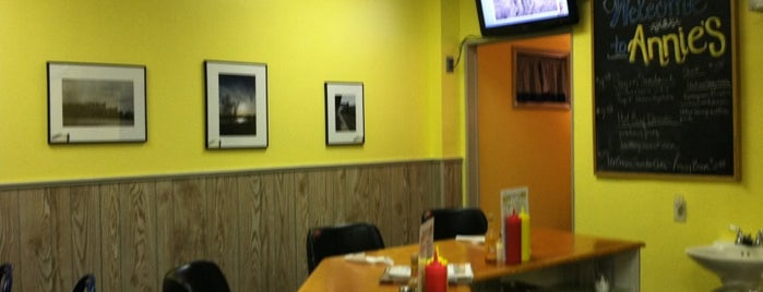 Annie's Sunshine Cafe is one of สถานที่ที่ James ถูกใจ.