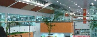 Chaudhary Charan Singh International Airport (LKO) is one of สถานที่ที่ Chats ถูกใจ.