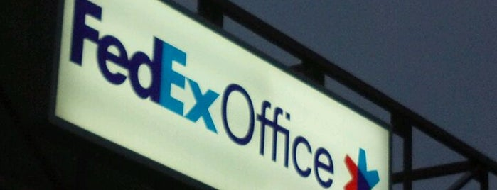 FedEx Office Print & Ship Center is one of Kristenさんのお気に入りスポット.