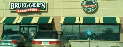Caribou Coffee and Bruegger's Bagels is one of Lugares favoritos de Brittany.