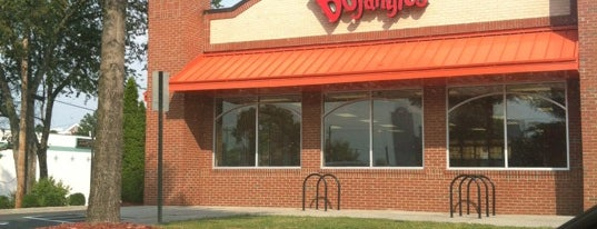 Bojangles' Famous Chicken 'n Biscuits is one of Locais curtidos por Christopher.
