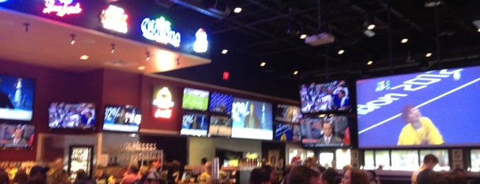 Buffalo Wild Wings is one of Lugares favoritos de Mike.