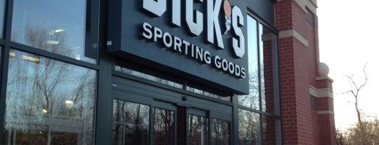 DICK'S Sporting Goods is one of สถานที่ที่ Jared ถูกใจ.