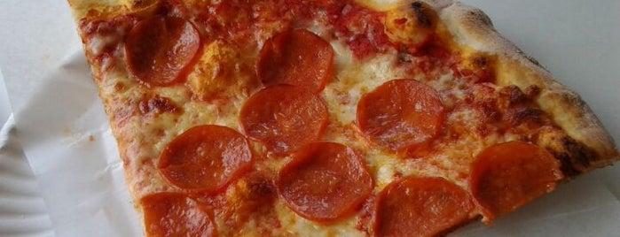 Bitondo's Pizzeria is one of Locais salvos de Daryl.