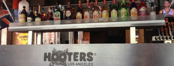 Hooters of Downtown LA is one of Lugares favoritos de Louis.