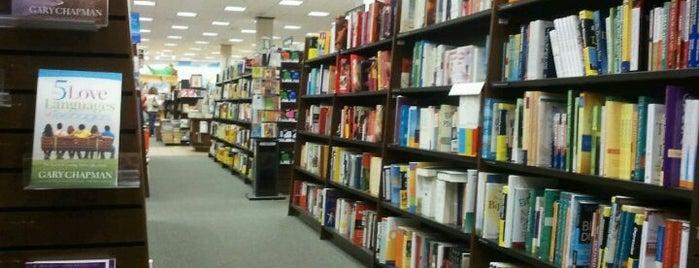 Barnes & Noble is one of สถานที่ที่ Jay ถูกใจ.