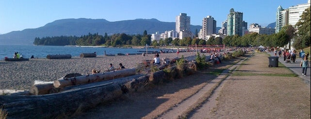 English Bay Beach is one of Lugares favoritos de Moe.
