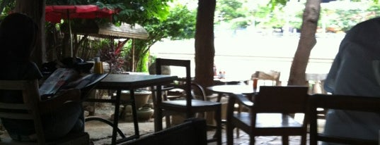 Regina Chiang Mai Coffee House is one of Lugares favoritos de Just.