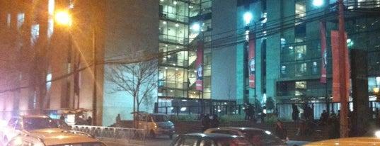 Universidad Andrés Bello is one of Lugares.