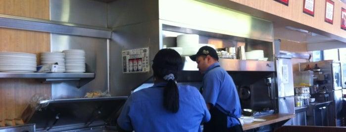 Waffle House is one of สถานที่ที่ David ถูกใจ.