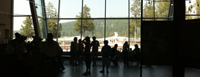 Old Faithful Visitor Center is one of สถานที่ที่ Guilherme ถูกใจ.