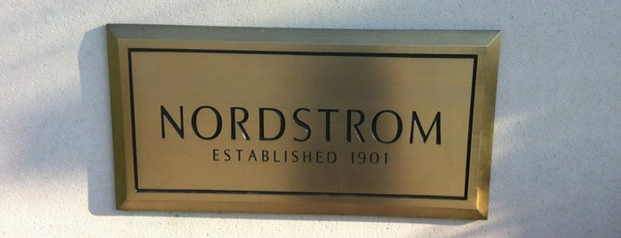 Nordstrom is one of Tempat yang Disukai Lizz.