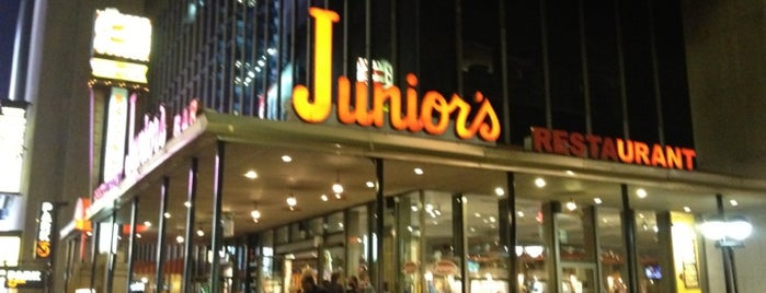 Junior's Restaurant & Bakery is one of Bons plans NYC.