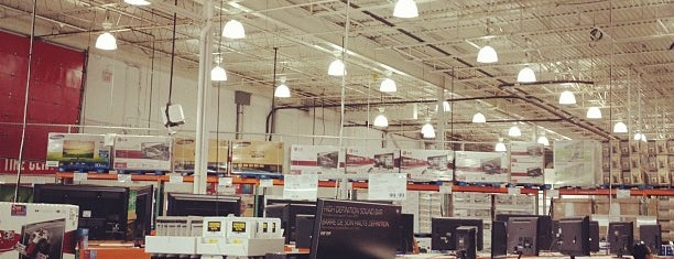 Costco is one of Locais curtidos por Maggie.