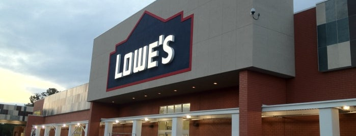 Lowe's Home Improvement is one of Tempat yang Disukai Ray.