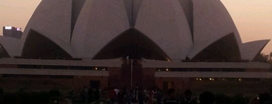 Lotus Temple (Bahá'í House of Worship) is one of János 님이 좋아한 장소.