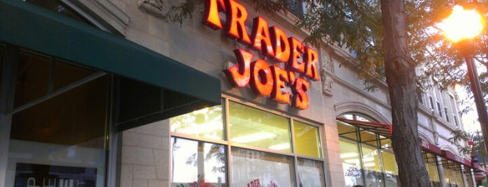 Trader Joe's is one of Locais curtidos por Sil.
