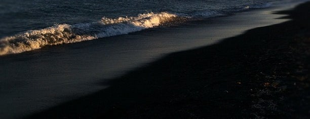 Perivolos Beach is one of 5 days in Santorini.