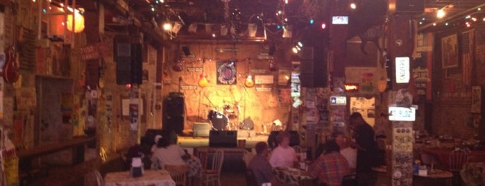 Ground Zero Blues Club is one of Gordon 님이 저장한 장소.