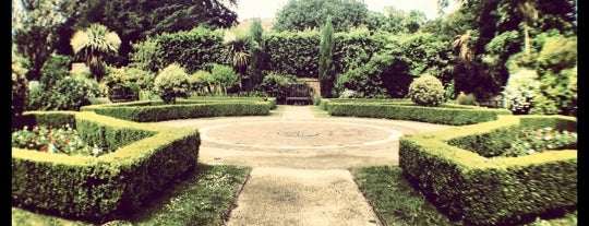 Southover Grange Gardens is one of Carlさんのお気に入りスポット.
