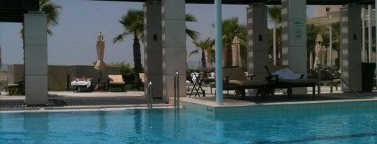 Sundowners Pool @ Crowne Plaza is one of Ojoeさんのお気に入りスポット.